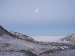 月が浮かぶ雲海