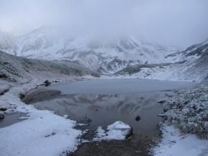 ミドリガ池にはうっすら雪が
