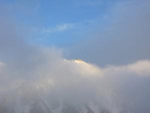 雲の切れ間から雄山神社峰本社